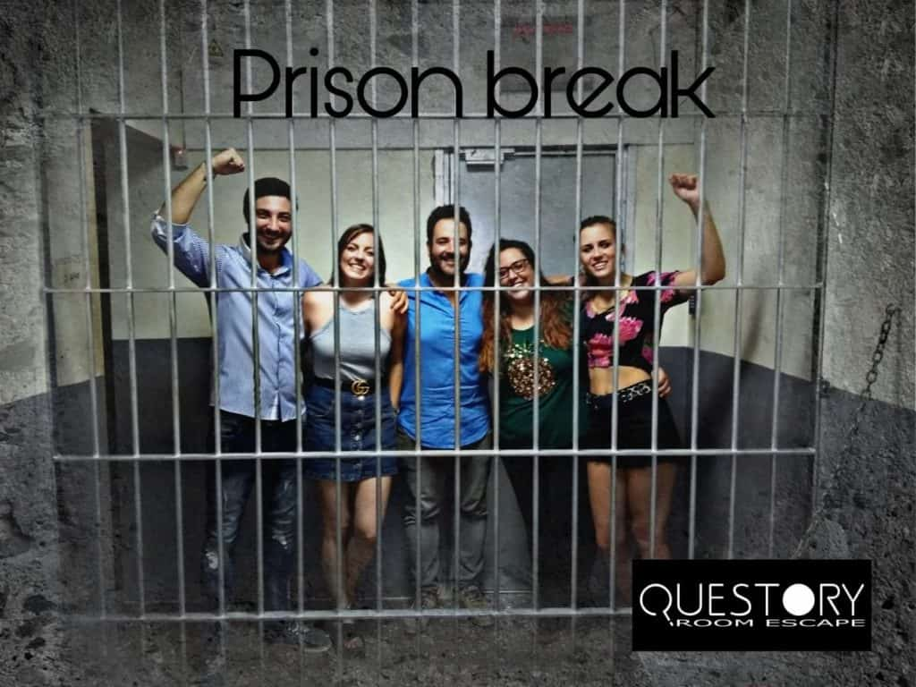 grupo de personas realizando escape room prison break barcelona