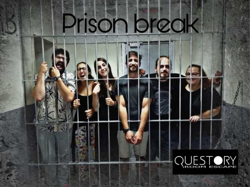 Luís, Ana, Sara, Raúl, Carlos y Mary realizando escape room carcel barcelona