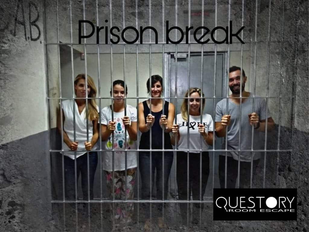 Carol, Eli, Noemi, Maria y Pedros realizando prison break escape room